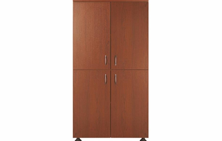 Четырёхдверный деревянный шкаф